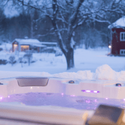 Ulkoporealtaat ympärivuotiseen käyttöön. Allas on lämmin niin kesällä kuin talvellakin.